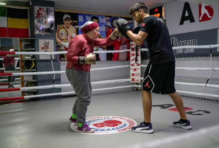 Abuelita practica boxeo