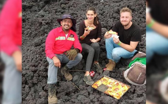 Guatemala. Hombre hornea pizzas sobre lava de volcán y las vende