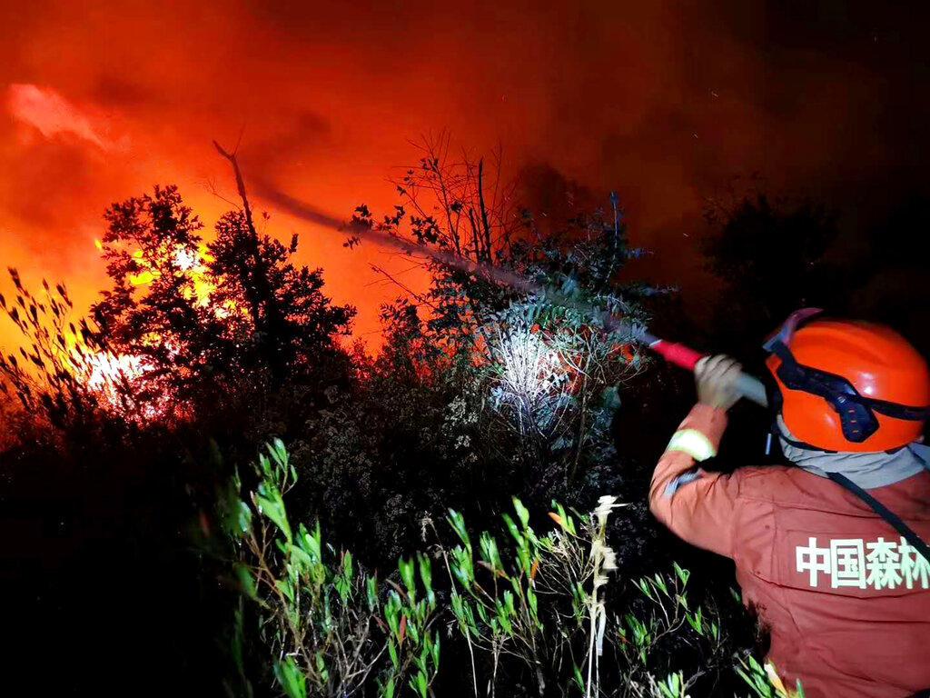Mueren 19 personas que combatían un incendio forestal en China