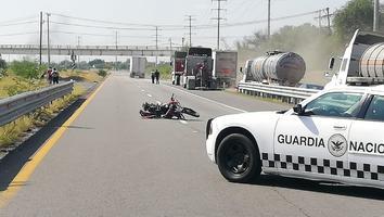 Jóvenesa bordo de motocicleta resultan lesionados al chocar contratráileren Apodaca