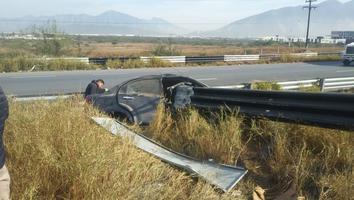Joven se impacta contra un barandal y atraviesa auto
