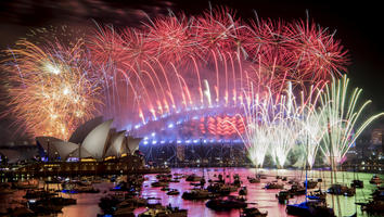 Fuegos artificiales iluminan el cielo en la Bahía de Sídney, Australia.