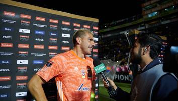 Nahuel Guzmán atendiendo a los medios tras el triunfo ante Alianza