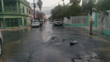 Mega fuga de agua inunda calles de la colonia Nuevo Amanecer