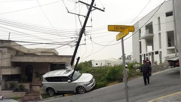 Conductor pierde el control de su camioneta y se impacta contra un poste en Residencial Chipinque