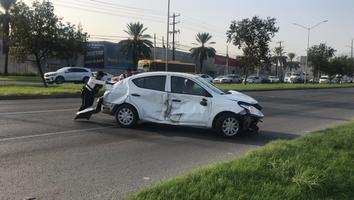 Auto vuelca tras impactarse contra otro carro y un camión
