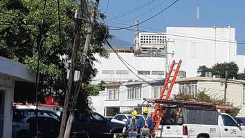 Camión derriba cables de electricidad y deja sin el servicio a vecinos de la coloniaAltavista