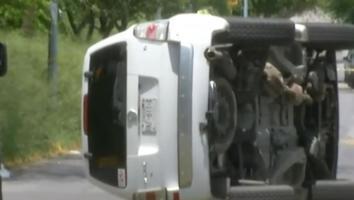 Mujer queda lesionada tras volcar su camioneta en la colonia 18 de Marzo