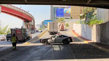 Tráiler se queda sin combustible en medio de gaza sobre avenida Constitución