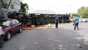 Vuelca tráiler, se impacta contra siete autos y tira más de 30 toneladas de chatarra