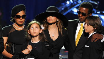Janet Jackson, Paris Jackson, LaToya Jackson, Jackie Jackson y Prince Michael en la despedida de Michael Jackson en el Staples Center. | AP