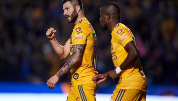 Gignac y Enner Valencia durante un partido de Tigres en el Volcán