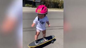 Captan a bebé de un año andando en patineta y video se hace viral