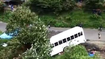 Autobús cae a barranco y deja 11 muertos en Michoacán