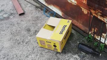 Abandonan a bebé en azotea dentro de una caja de cartón