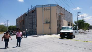 Muere hombre al recibir descarga eléctrica mientras pintaba construcción