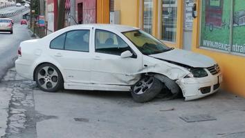 Conductor se estrella contra un negocio y abandona su auto