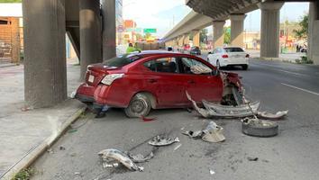 Conductor impacta su auto contra columna del Metro en avenida Colón