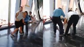 VIDEO: Detienen a un joven en el Metro por presuntamente no utilizar cubrebocas