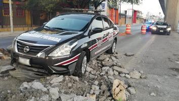 Automovilista se impacta contratrafitambosy termina en obra inconclusa en avenida Aztlán