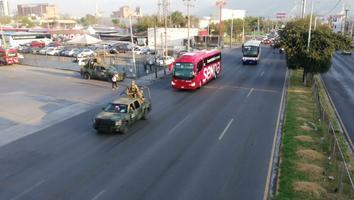 Sale de Nuevo León otra caravana de menores rumbo a Texas para recibir vacunaCovid