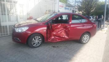 Motociclista se estrella contra auto sobre la avenida Rodrigo Gómez
