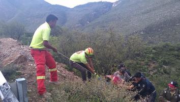 Cae un auto en barranco de más de 50 metros y muere una mujer en Galeana