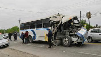 Camión de personal se impacta contra tráiler en la carretera a Laredo