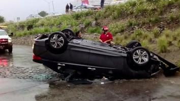 Aparentemente habría sido el pavimento resbaladizo lo que provocó que el auto derrapara.