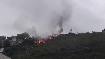 Quema de basura provoca incendio en lo alto del cerro