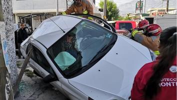 Conductora queda prensada tras fuerte choque en el Centro