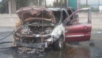 Fuego consume camioneta sobre avenida Universidad
