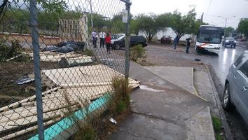 Camión de personal se estrellacontra la barda de una secundaria en la Croc