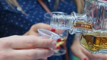 Mueren 42 personas en Pakistán por consumir licor adulterado