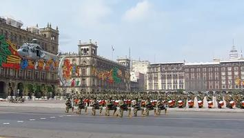 Inicia el desfile con izamiento de bandera y entonación del Himno Nacional