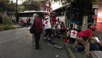 Choque entre dos rutas urbanas deja 9 personas lesionadas en Monterrey