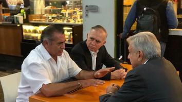 Recibe Jaime Rodríguez a AMLO en el Aeropuerto Internacional