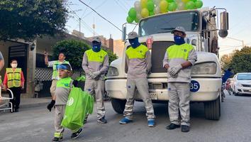 Niño de 3 años celebra cumpleaños con sus superhéroes… los recolectores de basura