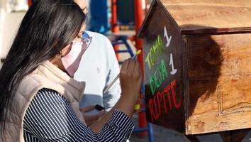Instalan bibliotecas gratuitas para intercambio de libros en plazas públicas de San Nicolás