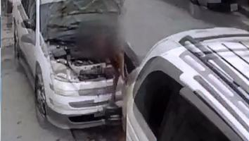 Captan en video a hombre robando batería de vehículo