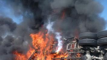 Trailer se incendia después de volcarse