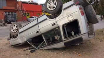 Vuelca su camioneta al estacionarse