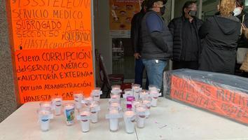 Protestan maestros de la sección 50 por falta de atención médica