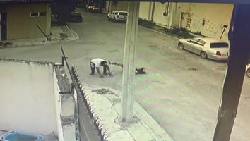 VIDEO: Mujer es asaltada por un hombre en la colonia Valle de San Carlos
