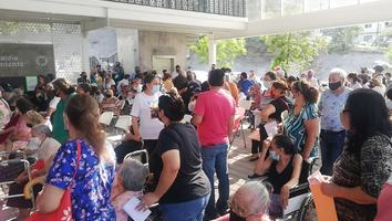 Continúan aglomeraciones y confusiones en entrega de apoyo de 68 y más