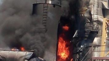 Fuego consume fábrica de asfalto en Escobedo