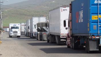 Padecen filas de hasta 15 km y 11 horas de espera en aduanas