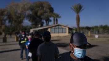 Desconfianza e idioma dificultan vacunar a migrantes en EU