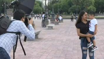 Jóvenes toman fotos profesionales gratis por el Día de las Madres en el Centro de Monterrey