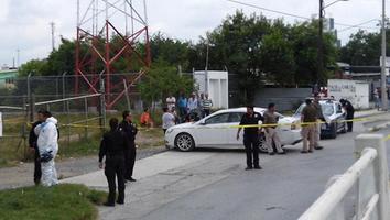 Encuentran cuerpo de un hombre a bordo de un auto en Cadereyta